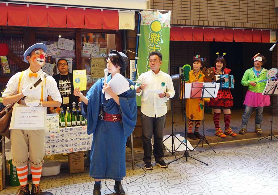 開会式にて、イベントを企画した松永友美さんが営む「紙cafe」でも古墳グッズが多数