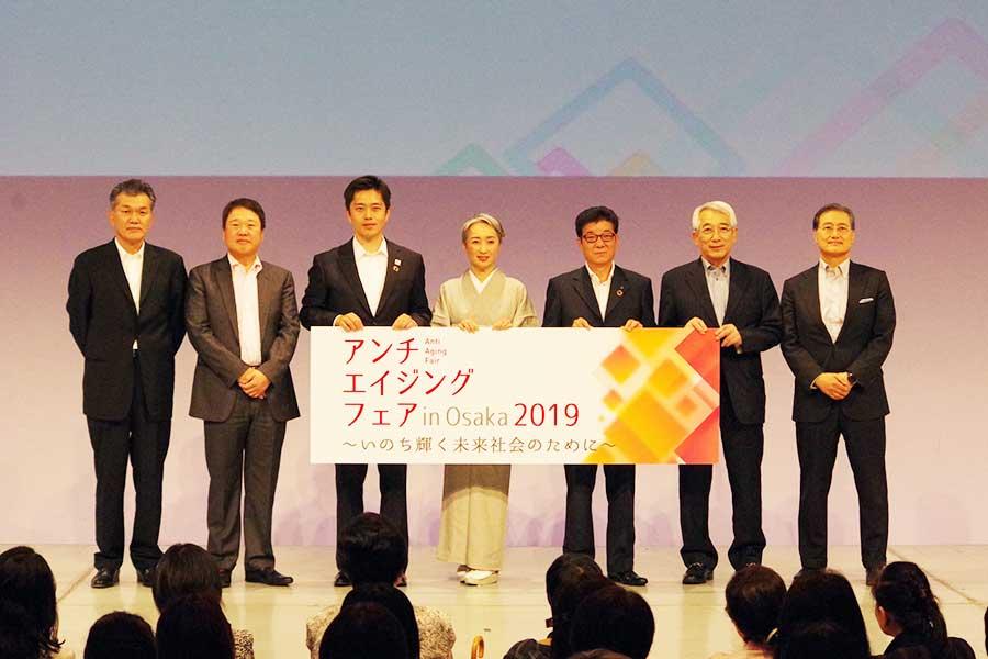 左から3番目が吉村洋文大阪府知事、中央が近藤サト、5番目が松井一郎大阪市長