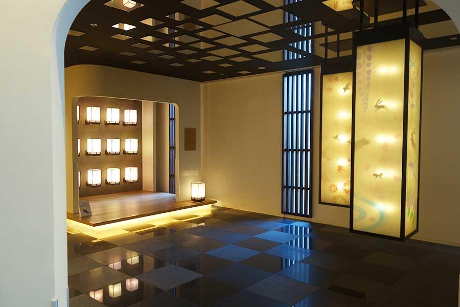 ロビーにはフォトスポット用コーナーも。日本の伝統工芸品の展示や、お土産販売も