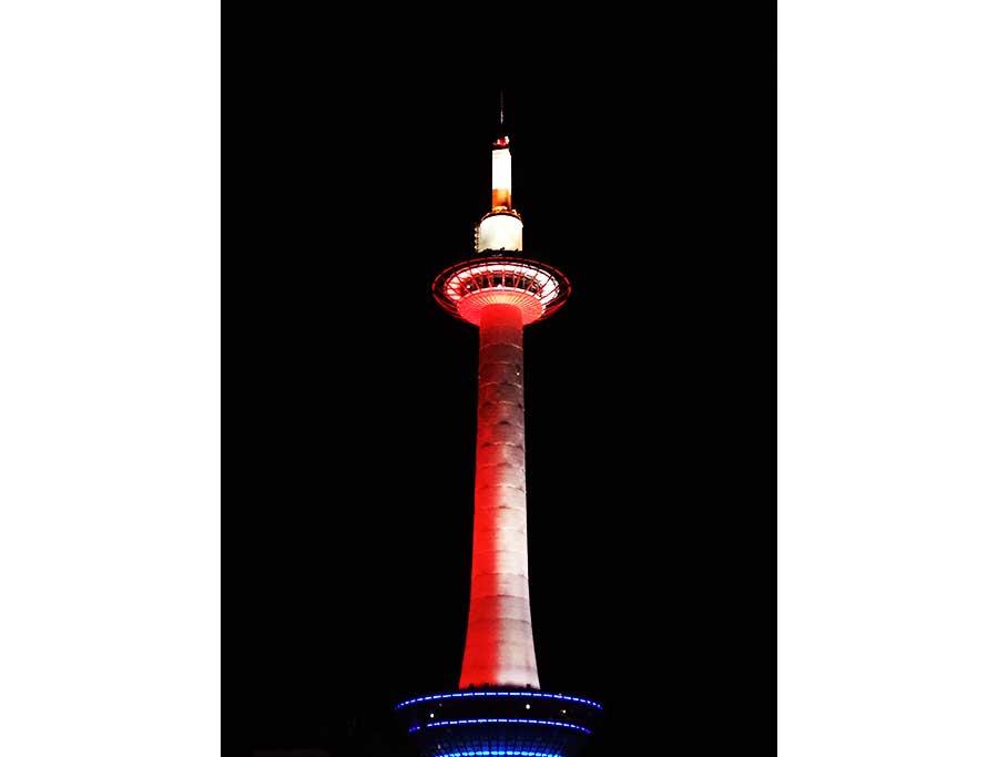 紅白にライトアップされた京都タワー