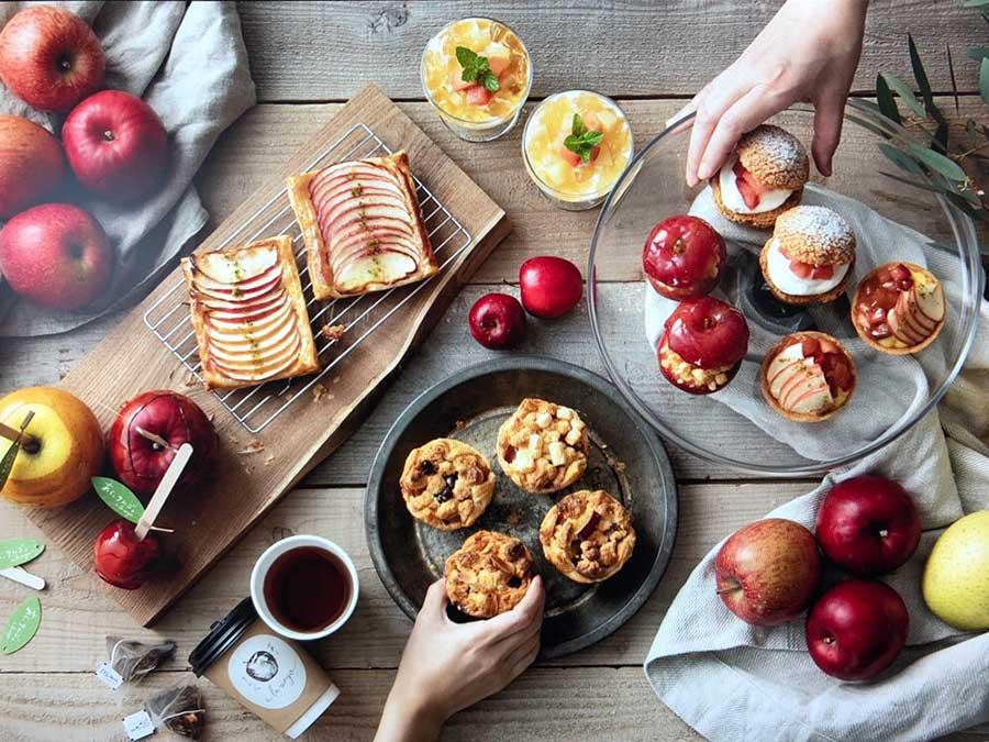 りんごパイ、りんごのタルト、りんごのクランブルなどさまざまなスイーツがそろう