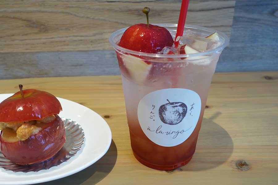 左から、クランブルやカスタードが中に詰められた焼きりんご。ゼリー入りのりんごサイダーに、姫林檎の「こおりんご」をトッピング