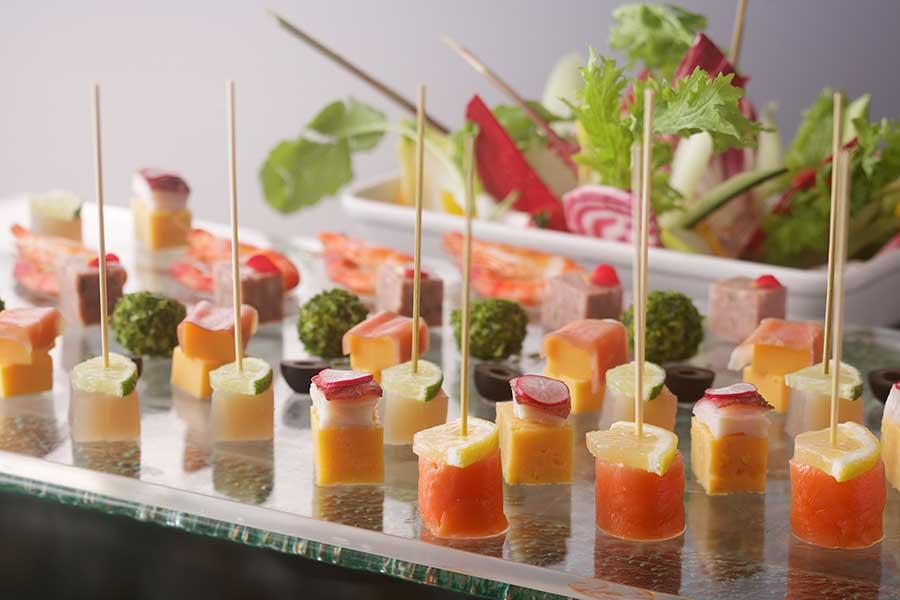 ひと口サイズのピンチョス、バーニャカウダなどおつまみ系から、寿司や天ぷらまで