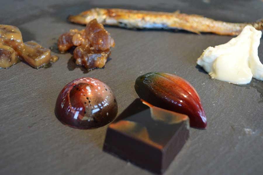 「ジョイス」が提供するチョコレート「ほうじ茶」「フィグ・ルージュ」「メキシコ クリオロ70%」(写真前方)は日本酒との相性ばっちり(各400円)。ランスによってセレクトされた、日本酒に合うチーズも定期的に変わる