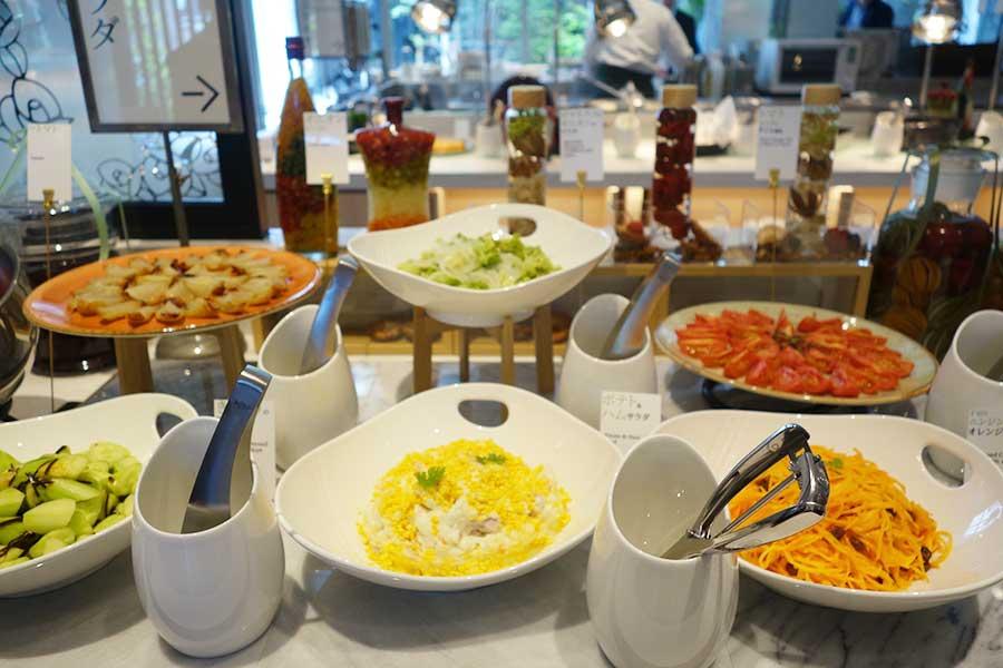 ロマネスコのマリネ、トマトのローストなど、サラダもひと手間加えたものばかり