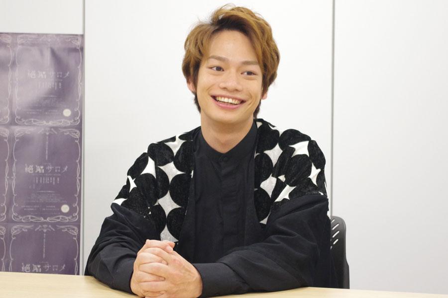 松岡充に「『パンクやな』って言われました」と笑顔を見せる池田純矢(5月31日・大阪市内)
