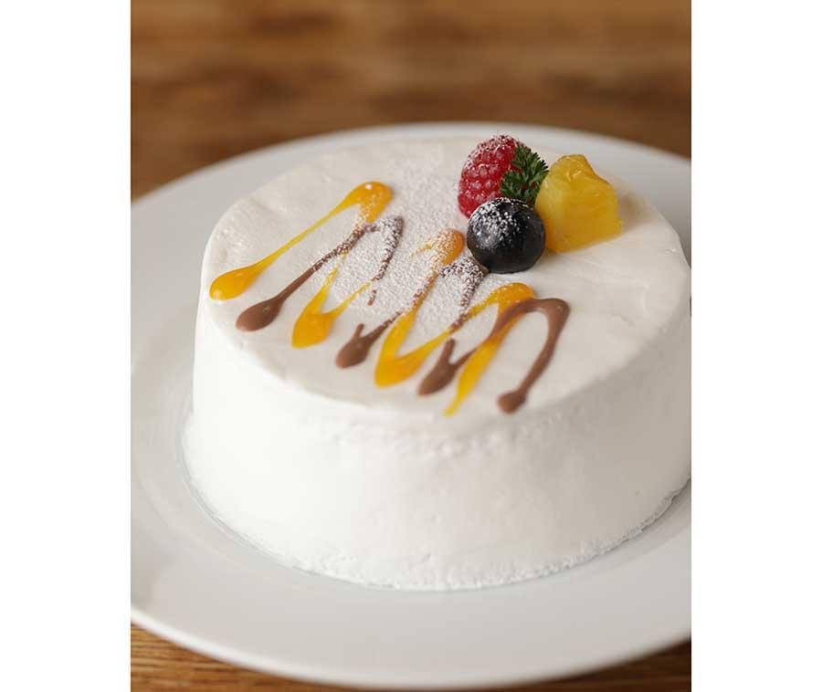 マンゴーヨーグルトとチョコレートのショートケーキ。氷、マンゴー、ヨーグルトを重ね、チョコレートソースでアクセント