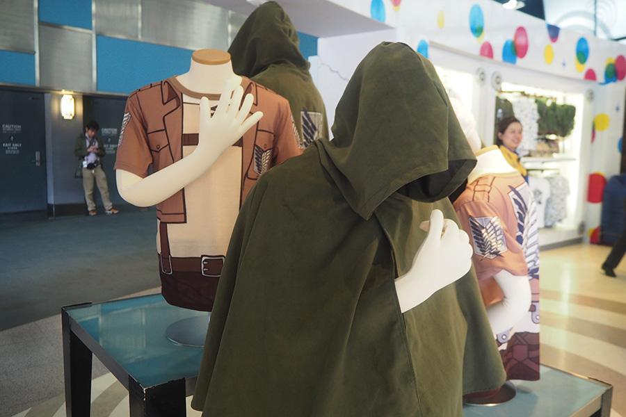 ジャケットなど兵団服を忠実に再現したTシャツ(3900円)。マントを上から羽織っても暑くない!