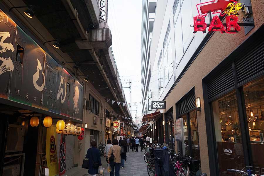 道の北側(写真左手)がもともとあった飲食店などが並ぶ高架下、南側には新しくオープンした複合施設