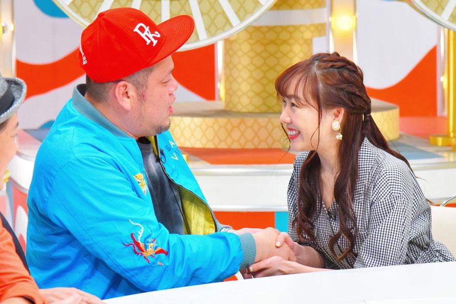 神対応といわれる握手テクをくっきーに披露する須田亜香里(右)