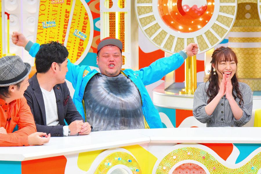 思わず顔が赤くなるくっきー(中央)と須田亜香里(右)