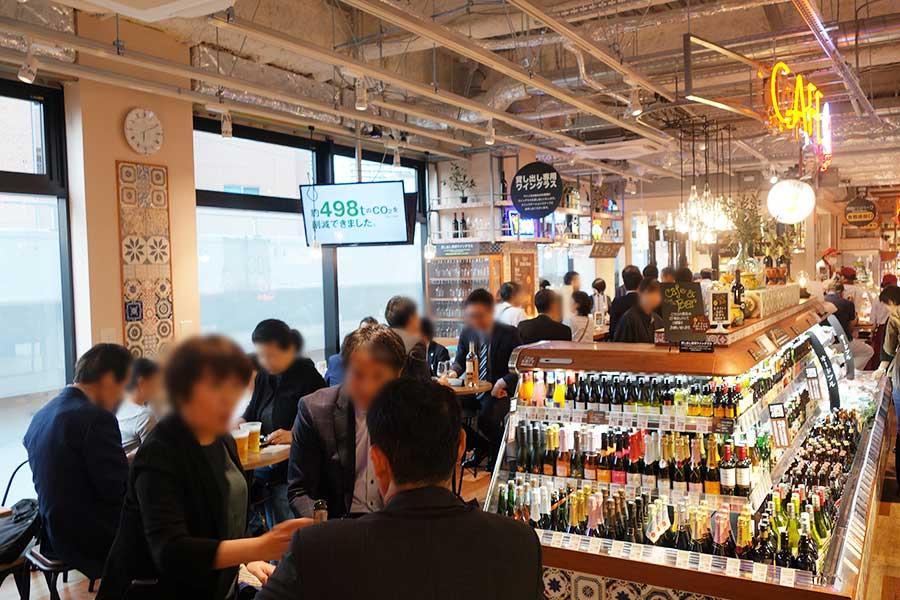 2階のイートインコーナー。ドリップコーヒー100円の販売もあり、カフェとしても使える