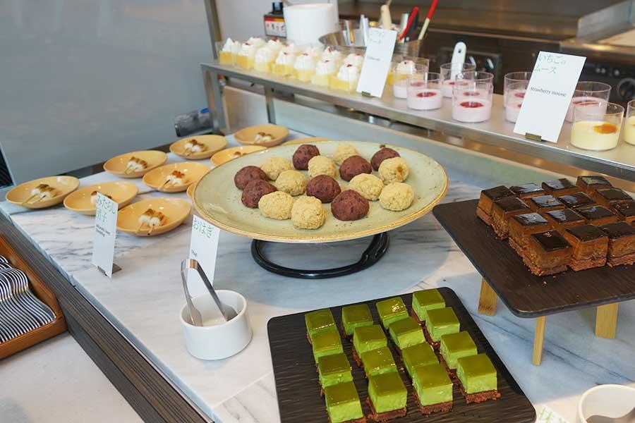 ミニサイズのみたらしだんご、抹茶ケーキ、ムースなど、スイーツも充実