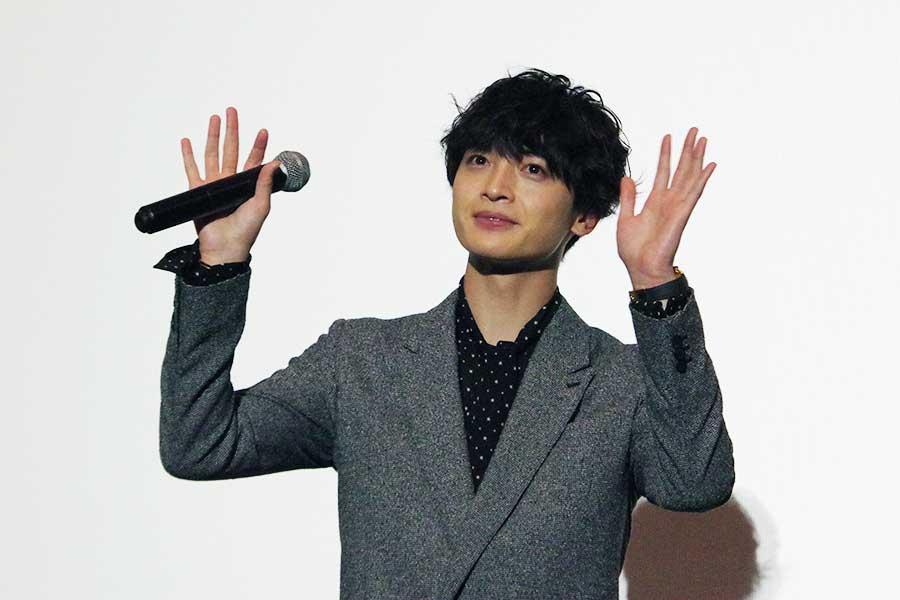 会場のファンに向かって、手を振って挨拶する玉森裕太(5月28日撮影)