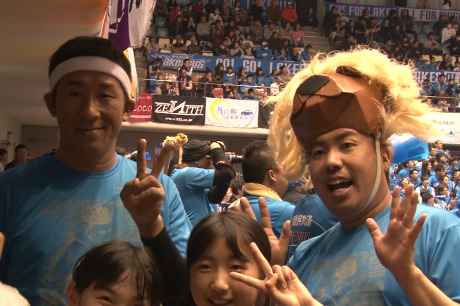 大西ライオンとともに、バスケの試合会場でお客さんを盛り上げる田村