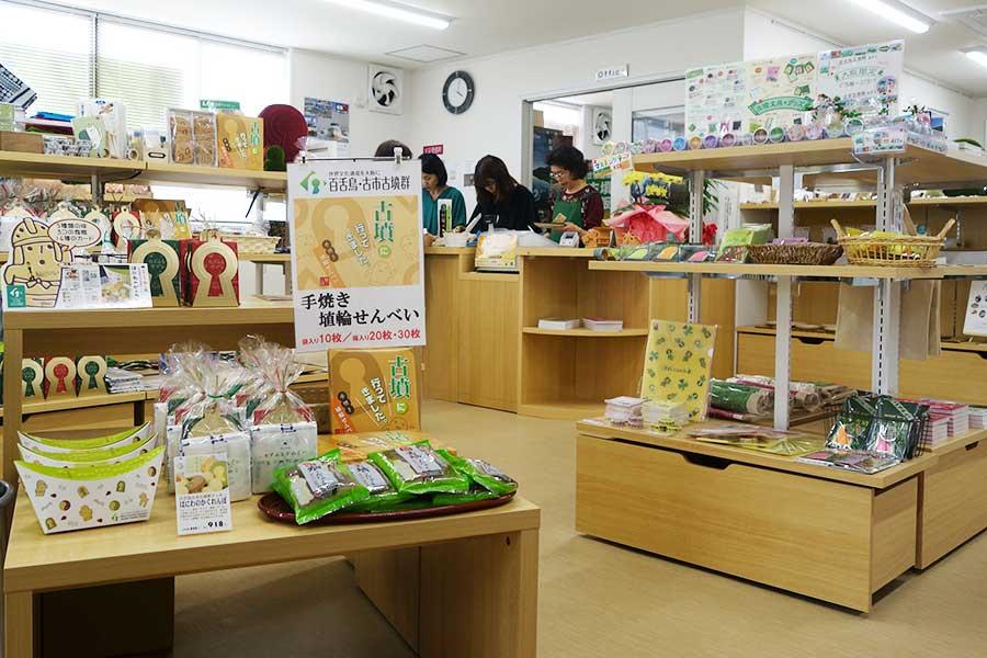 店内にはオリジナル商品や、古墳や埴輪好きの作家さんによる作品がたくさん。地元の名産品も