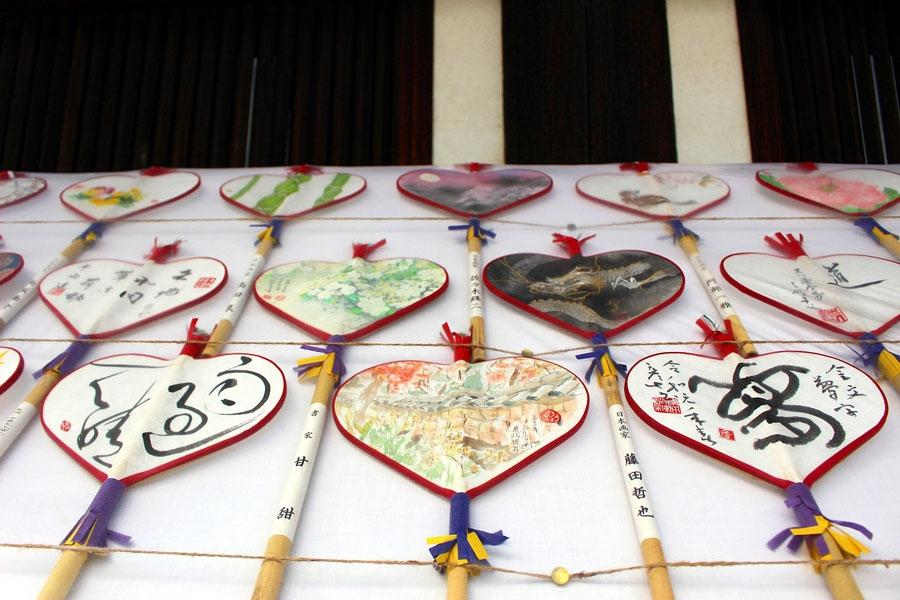 画家や書家など全国の名士による奉献「絵うちわ」や「絵うちわ百双屏風」が境内に展示された