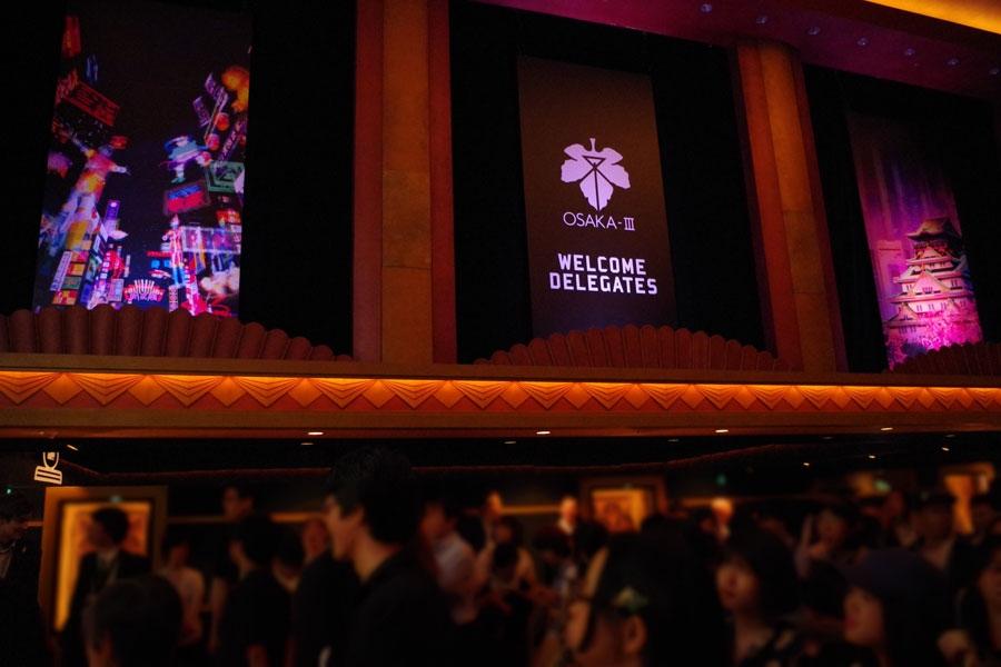 本編前のプレショー会場には、第3新大阪市の市章や風景が描かれる