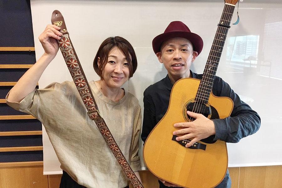 FM OH!『hug+(はぐたす)』にゲスト出演したわたなべゆう(右)、左はDJの大塚由美(17日・大阪市内)
