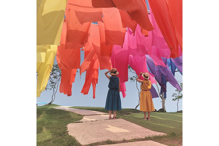 虹色に染まった伝統織物「高島ちぢみ」