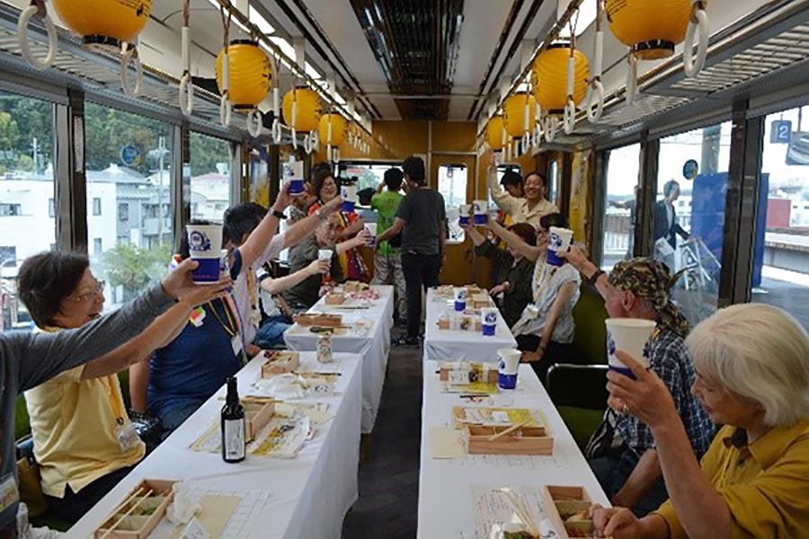 飲み放題の特別列車、車内のイメージ