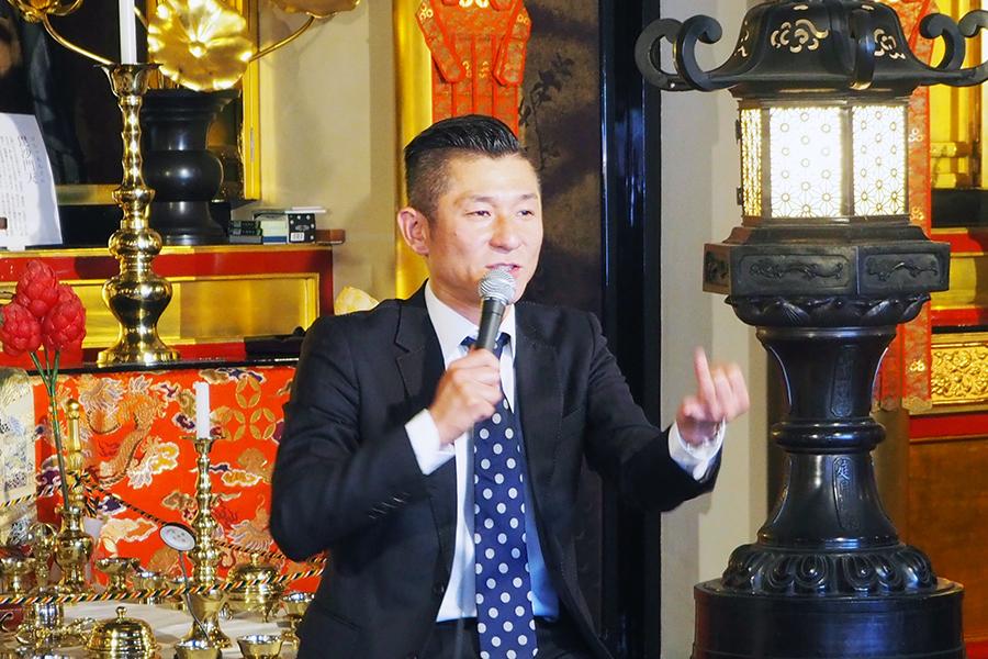 大阪・三津寺での公開収録に登場した笑い飯・哲夫(9日・大阪市内)