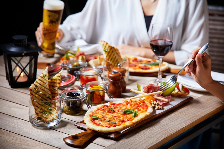 自家製ピッツァのほか、オリーブのマリネ、プリシュート、ゴルゴンゾーラチーズなど、イタリアンの前菜が楽しめる