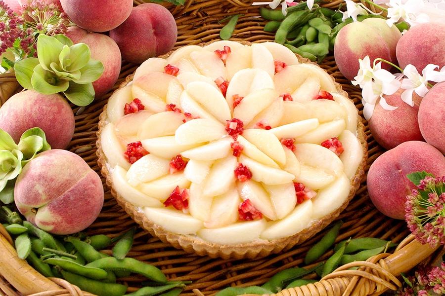 甘く煮たずんだを底に敷き、桃をふんだんにトッピングした「ずんだのタルト」(価格未定)