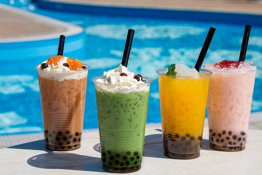 昼営業のプールでも販売されるタピオカドリンク。左からミルクティー、抹茶ミルク、マンゴー、イチゴミルクの4種が登場(各800円)