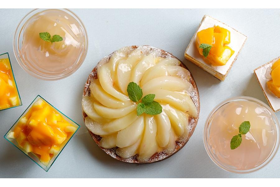 「桃のタルト」(中央・ホール3000円)など、「カフェベル」から登場するマンゴー&桃スイーツ