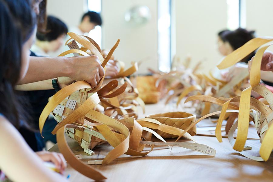イベント当日には、白樺の樹皮を編んで作るペンケースのワークショップも開催