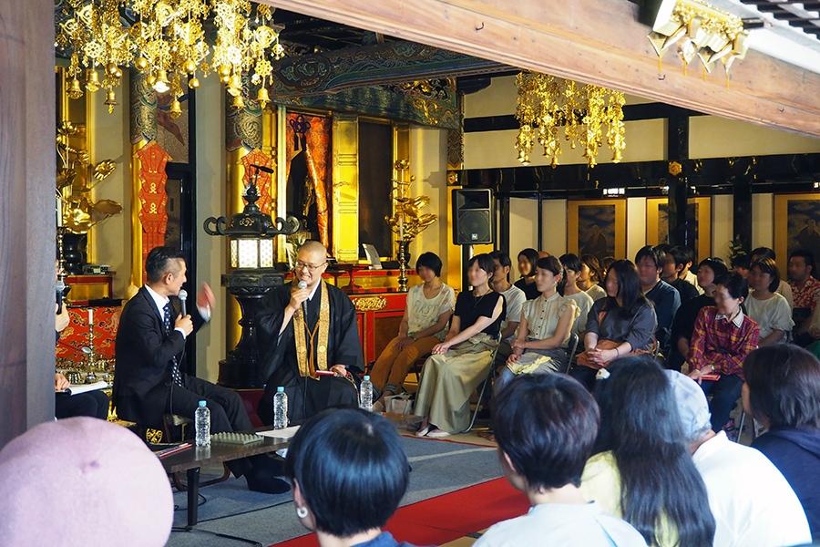 公開収録では、「三津寺」本堂に50名をこえる人々が集まった(9日・大阪市内)