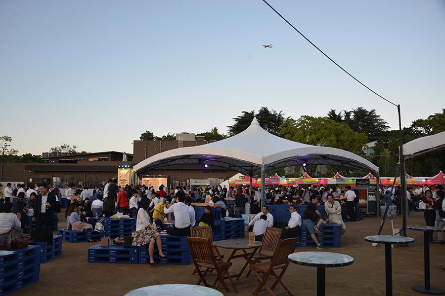 開放感のある「大阪城公園 太陽の広場」が会場に