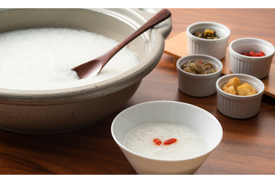 ザーサイや高菜、揚げパンなどを自由にトッピングできる中華粥も、朝食ビュッフェに登場