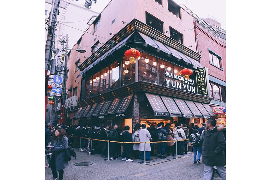 最長1時間の行列を生んだ南京町店。点心師が小籠包を手包みする風景を、店の外からでも見ることができる