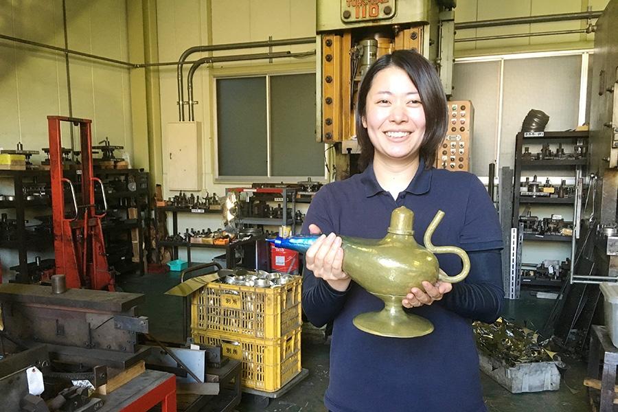 完成したアラジンランプを手に笑顔の由加さん