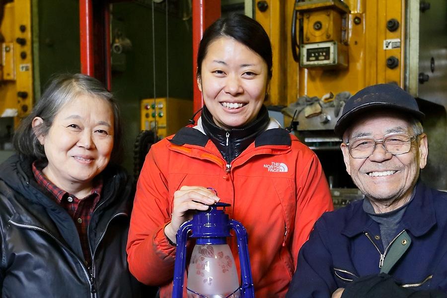 左から、母・別所二三子さん、由加さん、工場長の杉中さん