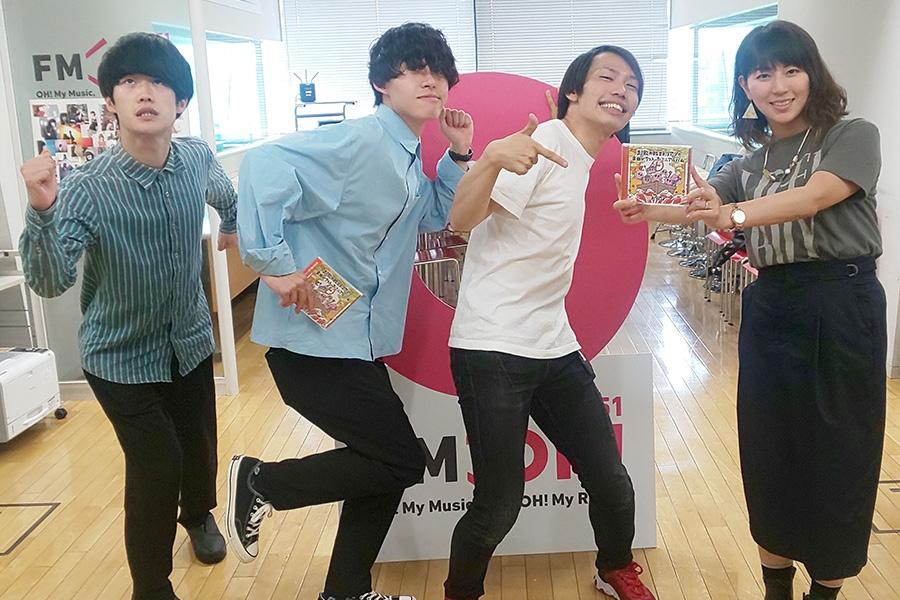 FM OH!『なんMEGA!』にゲスト出演した超能力戦士ドリアン、右はDJの前田彩名(7日・大阪市内)