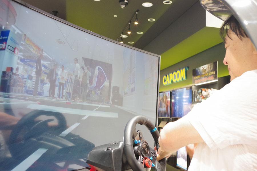 目線だけでなく、衝撃に合わせて操縦席が揺れるため、まるで本物の車を運転している気分に