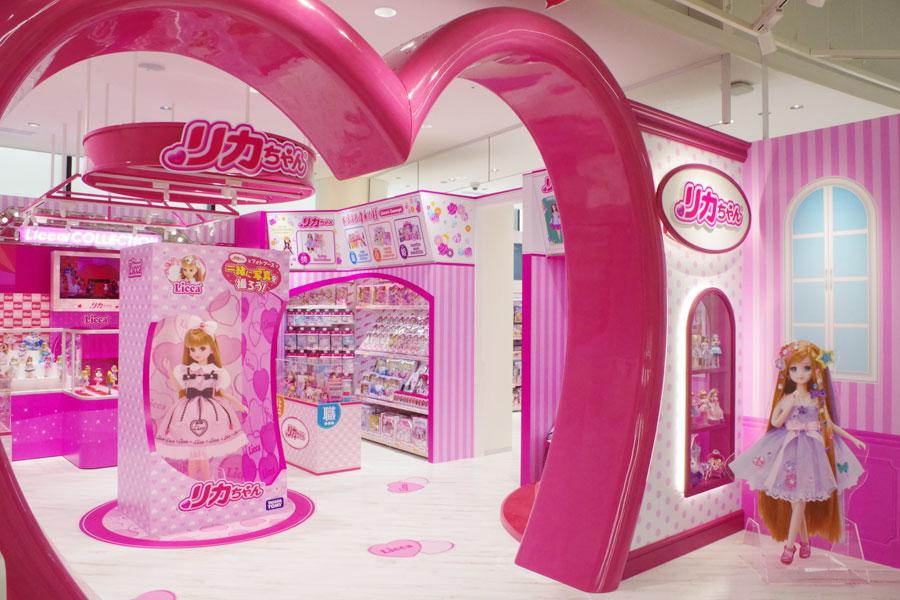 フォトスポットや人形サイズのファッションショーステージもあるリカちゃんコーナー