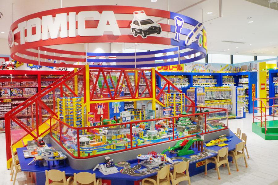 トミカブースにはミニカーやプラレールが取り揃い、ジオラマも展示(6月5日・エディオンなんば本店)