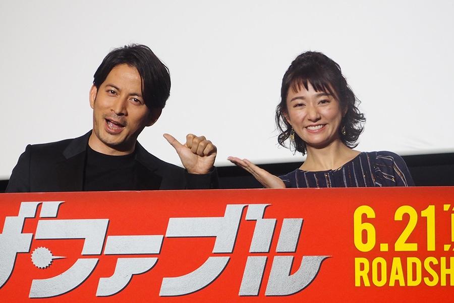 映画『ザ・ファブル』の舞台挨拶に登場した岡田准一(左)と木村文乃(3日・大阪市内)