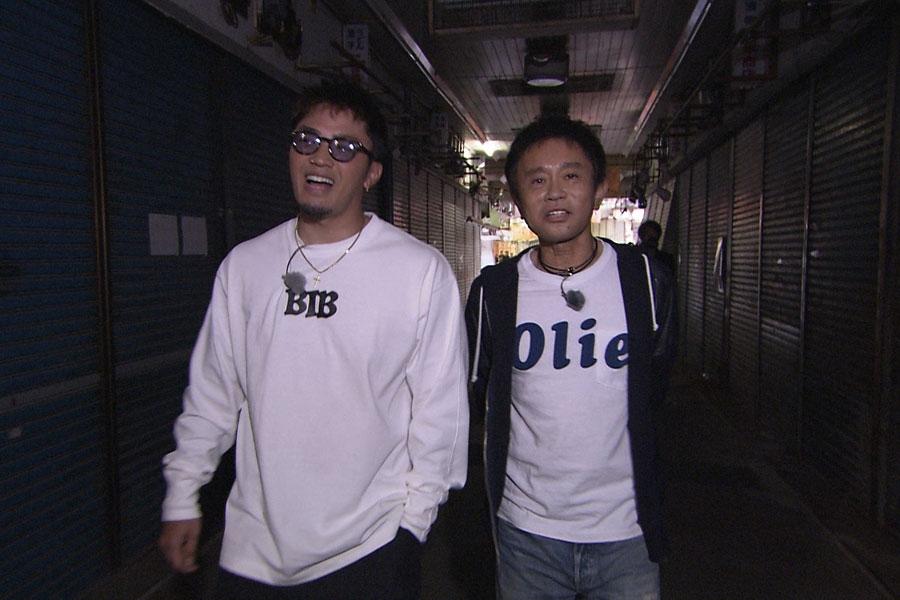 数原の地元の商店街に浜田を案内(左から数原龍友、浜田雅功)写真提供:MBS