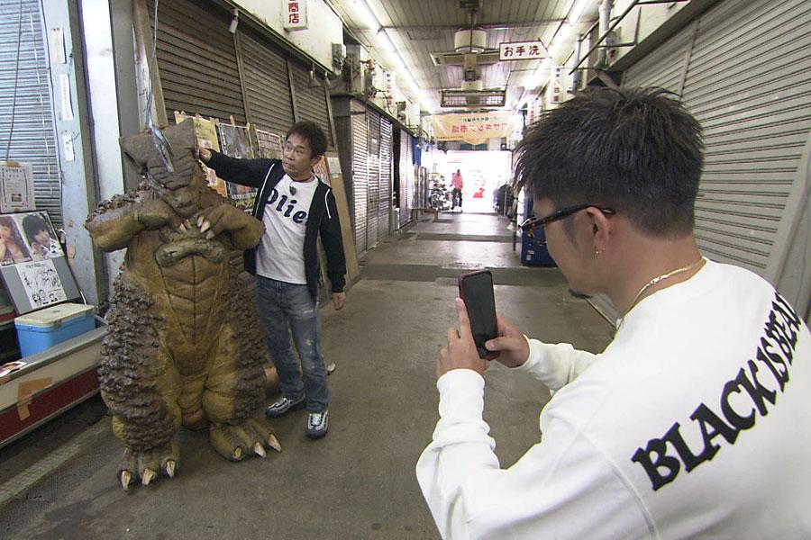 尼崎が誇る2大怪獣が大暴れ!?(左からガサキング、数原龍友、浜田雅功)写真提供:MBS