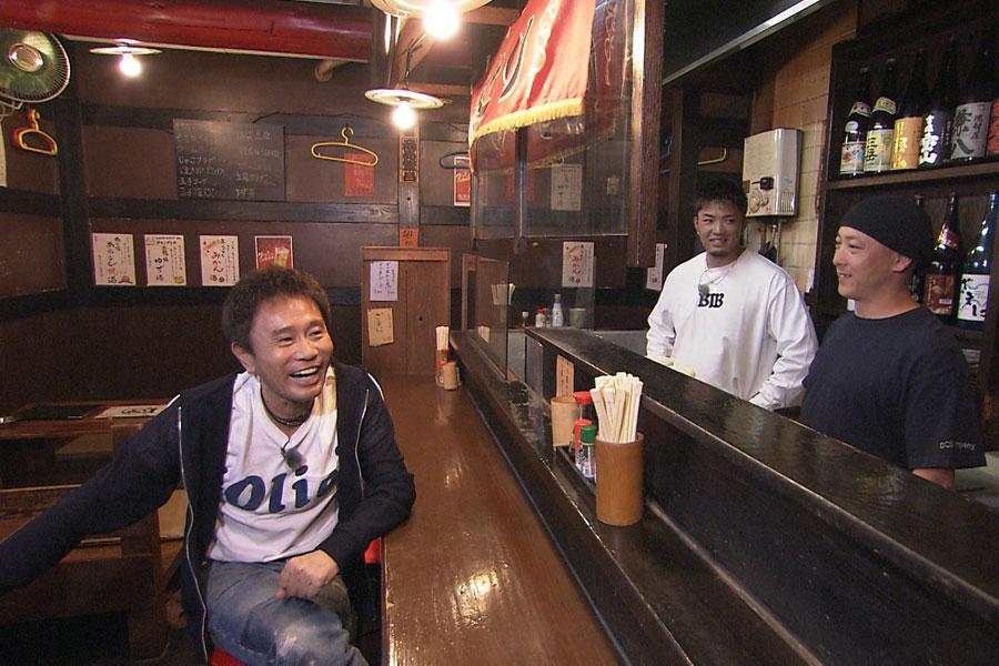 数原が子どもの頃から通い、デビュー前にアルバイトしていた焼き鳥屋へ(左から浜田雅功、数原龍友)写真提供:MBS
