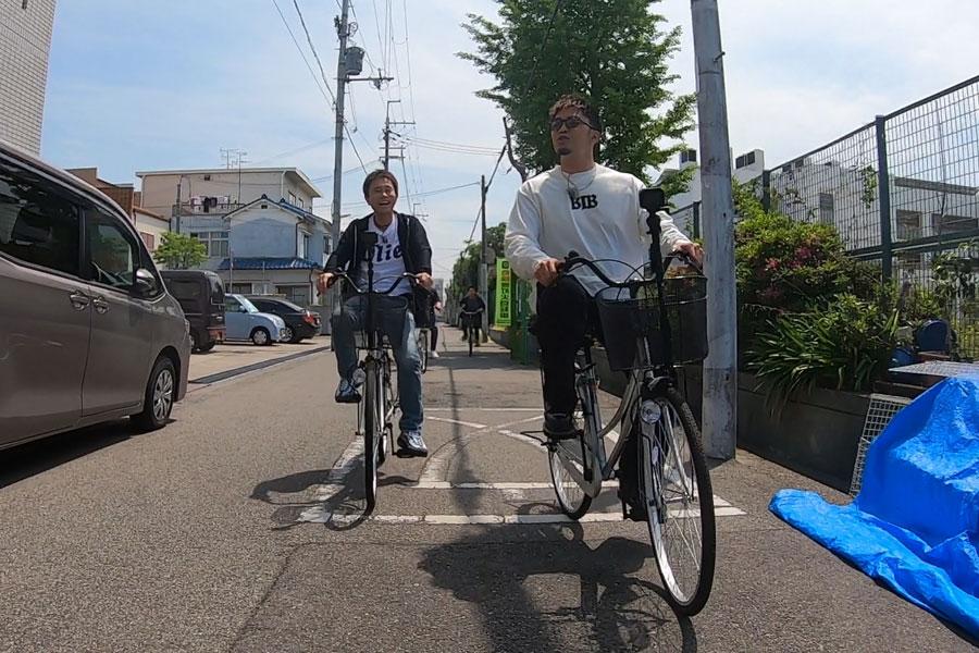 数原のガチ地元、尼崎・立花を2人でサイクリング(左から浜田雅功、数原龍友)写真提供:MBS