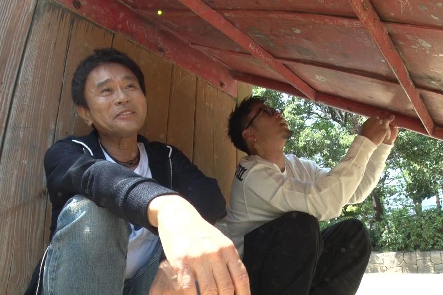 公園で子ども時代の淡い恋の思い出を語る場面も(左から浜田雅功、数原龍友)写真提供:MBS