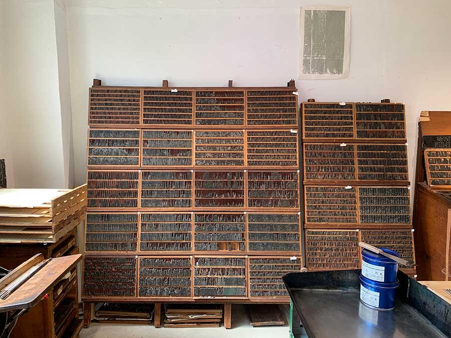 棚にズラリと並んだ活字。活版印刷は、元々、活字を組み合わせて版を作って印刷するが、現在は、樹脂板や亜鉛版でオリジナルの版を作成し、印刷することもできる