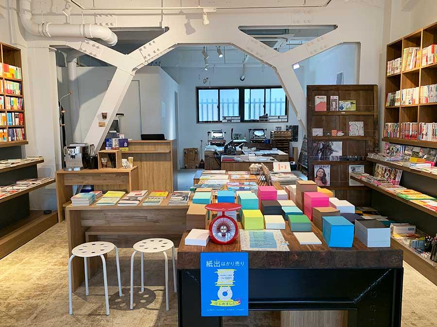 店内では本のほか、製品を作る際に出た切れ端や余り紙を紙出(しで)と言い、印刷会社らしく、紙出の量り売りが行われている。~100g・100円