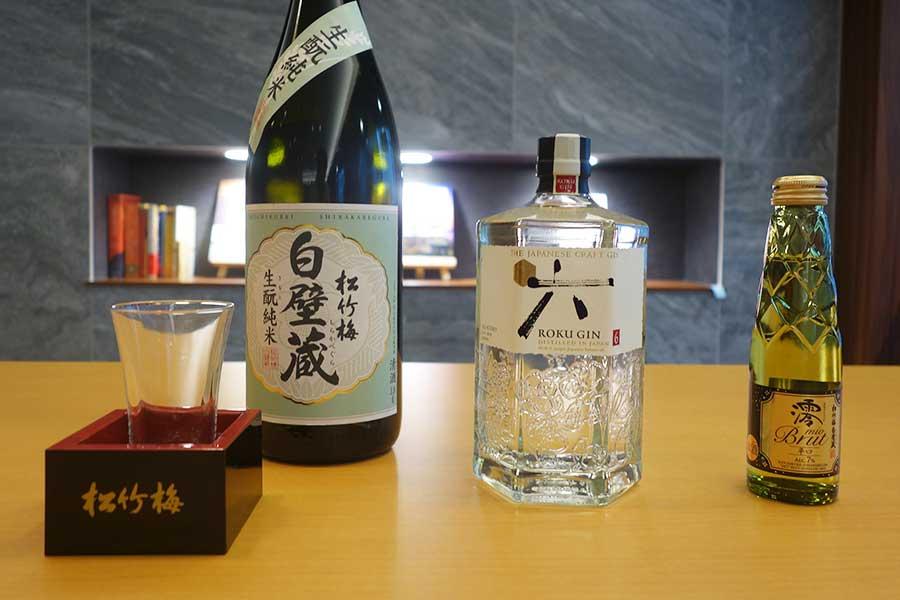 ラウンジでは日本酒、クラフトジン、スパークリング清酒のほか、ビールやワイン、おつまみなどもいただける(指定の時間のみ)